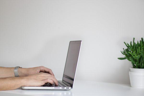 Schmerzensgeldanspruch wegen unzulässiger Veröffentlichung eines Mitarbeiterfotos auf Facebook-Fanpage